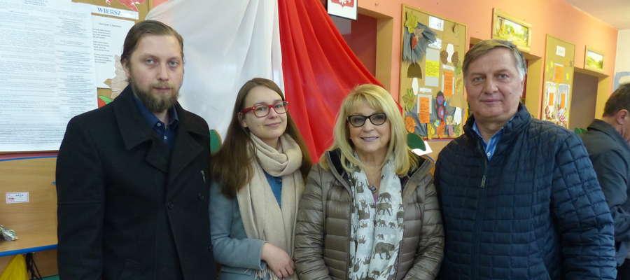Adam Żyliński (pierwszy z prawej) wraz z najbliższymi głosował w komisji wyborczej przy ul. Dąbrowskiego