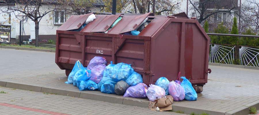 Tak w środę rano wyglądał śmietnik przy ul. Gdańskiej w Iławie