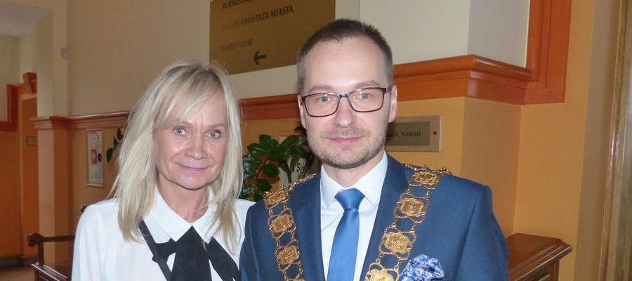 Na pierwszą sesję rady miasta przyszli m.in. najbliżsi Dawida Kopaczewskiego, aby złożyć mu gratulacje. Tu nowy burmistrz Iławy z mamą Beatą Kopaczewską