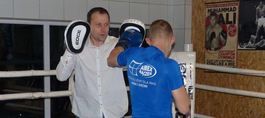 Krzysztof Kłosowski (w koszuli — założyciel Boxing Club Iława) i Sierhiej Burba podczas pokazowego treningu