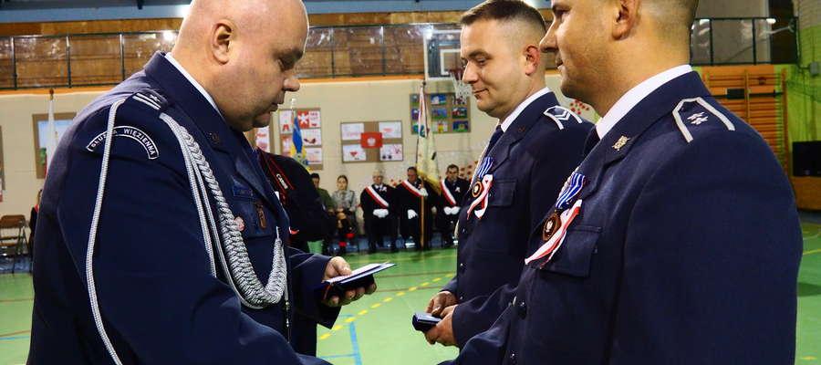 Nominacje wręczał mjr Marek Bartnicki, dyrektor Aresztu Śledczego