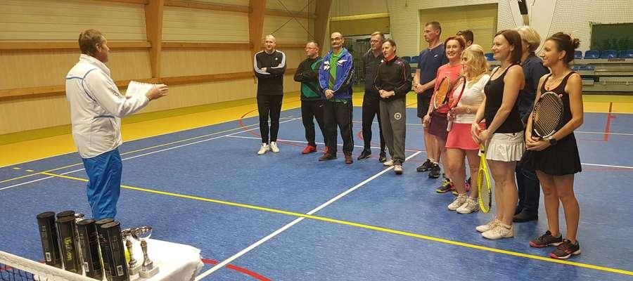 Uczestnicy lidzbarskiej ligi tenisa ziemnego. Jan Łastowski stoi przodem trzeci z lewej