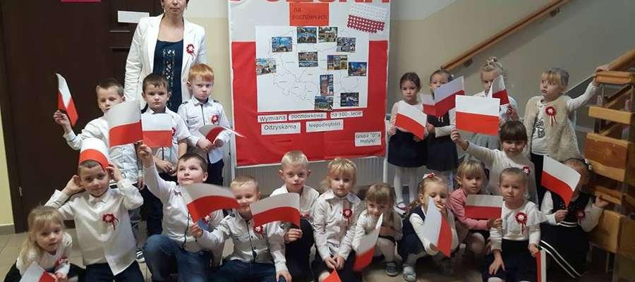 Zadowolone przedszkolaki z Marzęcic z wychowawczynią