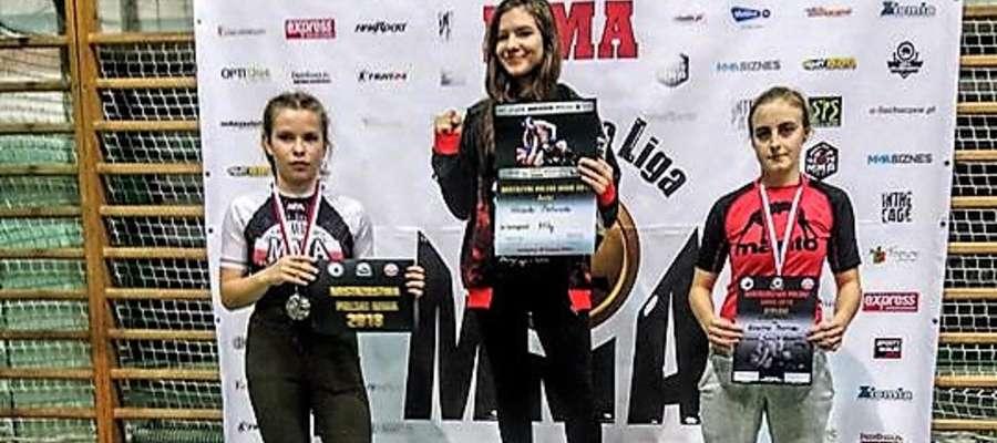 Kadetka Julia Żelazek (pierwsza z lewej) w swoim debiucie w MMA została wicemistrzynią Mistrzostw Polski Juniorów.