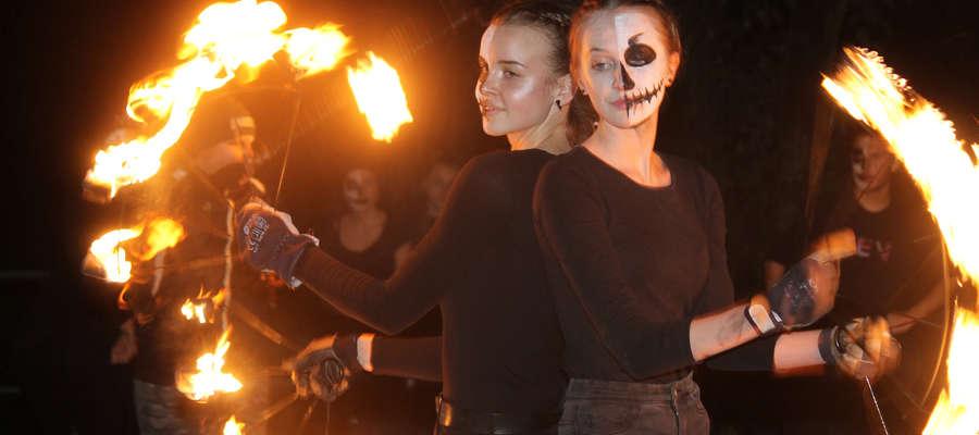 Olga Leszczenko i Ola Gach w tańcu z płomiennymi wachlarzami.