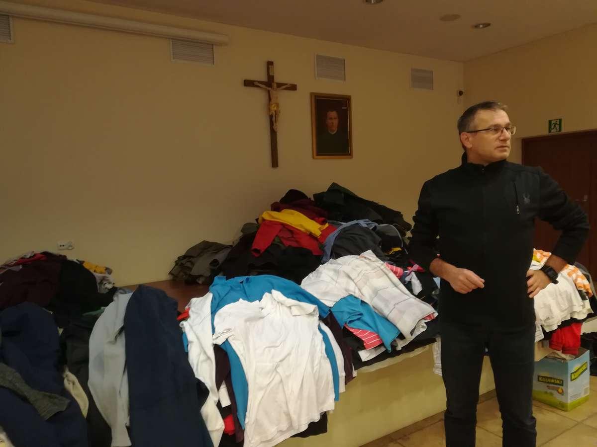 Ks. dr Sławomir Małkowski, rektor Wyższego Seminarium Duchownego prezentuje część zebranych darów - full image