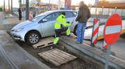 Nietypowe zdarzenie drogowe w Olsztynie. Samochód zawisł na krawężniku [ZDJĘCIA]