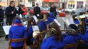 Przy choince stojącej na rynku w Nowym Mieście świąteczny koncert dała orkiestra dęta