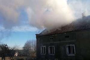 Kolejny niebezpieczny pożar w regionie. Pali się dom dwurodzinny [ZDJĘCIA]