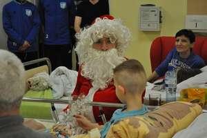 Mikołaje z Jezioraka ponownie odwiedziły dzieci z iławskiego szpitala [ZDJĘCIA, WIDEO]