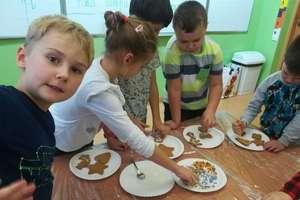 """Uczniowie """"Kopernika"""" z klasy I B dekorowali świateczne pierniczki"""