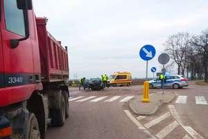 """Wypadek na """"krzyżówce"""" pod Korszami z udziałem ciężarówki. Dwie osoby w szpitalu"""