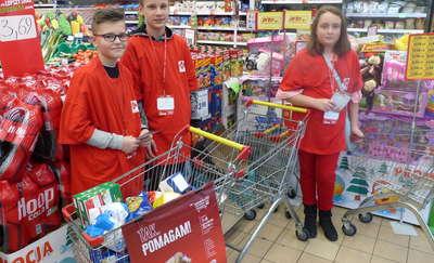 Dzieci zbierały żywność na paczki