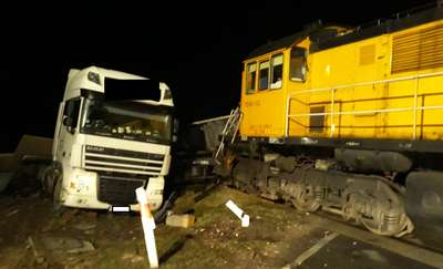 Lokomotywa uderzyła w naczepę ciężarówki