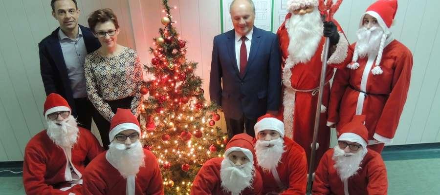Święty Mikołaj w towarzystwie starosty Mariana Świerszcza oraz burmistrza Karola Sobczaka i zastępcy burmistrza Sylwii Wieloch