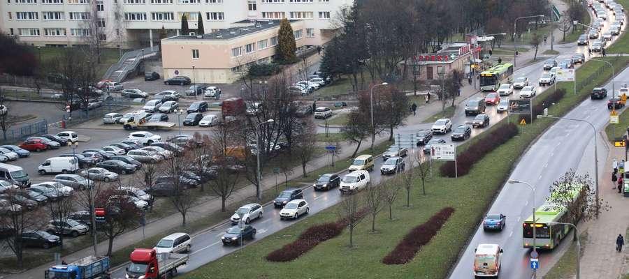 Dworcowa, około 15. Sznur samochodów i samotny wędrowiec.