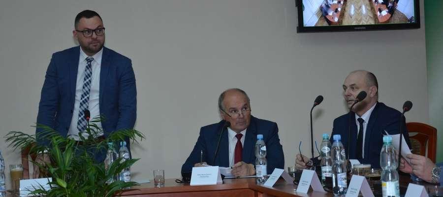 Od lewej: przewodniczący Rady Powiatu Tomasz Kosobudzki, starosta olecki Marian Świerszcz i wicestarosta nieetatowy Marek Dobrzyń