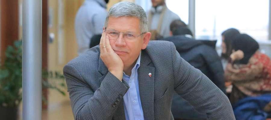 """Dzieło czterech dekad: """"Północne miniatury krytyczne"""" profesora Zbigniewa Chojnowskiego"""