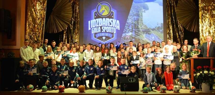 Uczestnicy gali najlepszych sportowców, którzy sławią Lidzbark