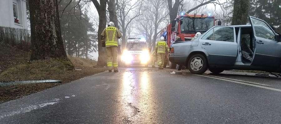 Strażacy z OSP Reszel pracują na miejscu wypadku pod Reszlem