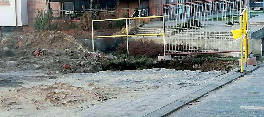 """Miejsce """"prac"""" na parkingu przy budynku Pasaż Portowy 1a"""