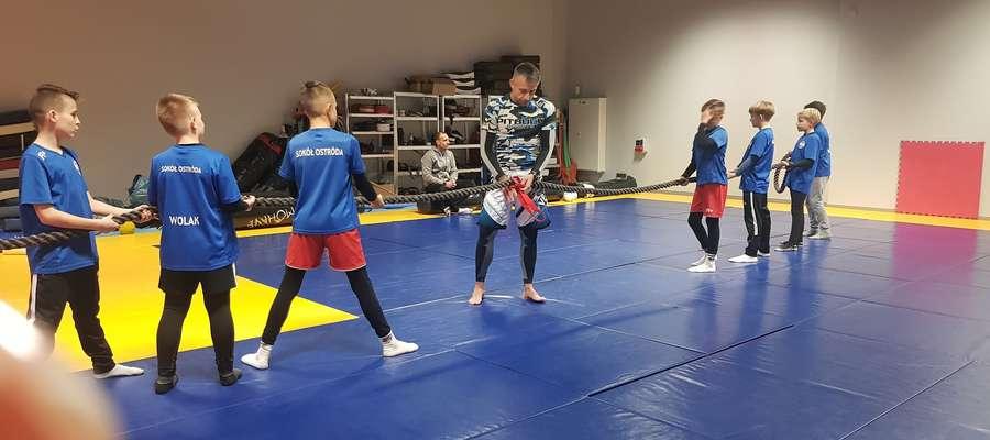 Piłkarze Sokoła tym razem trenowali w sali treningowej zawodników MMA