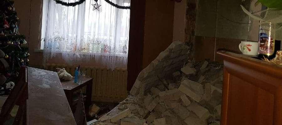 W budynku zniszczone zostały dwie ściany. Jedna z nich dzieliła dwa mieszkania