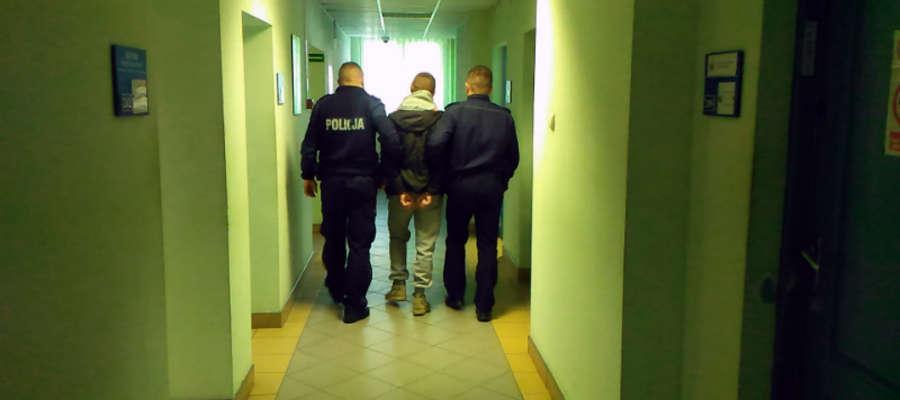 Jeden z zatrzymanych złodziei, już w komendzie policji w Iławie