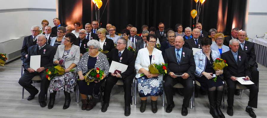 Jubilaci na wspólnym zdjęciu w sali biskupieckiego GOK-u