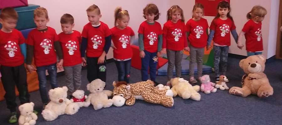 Dzieci przyszły do szkoły ze swoimi misiami