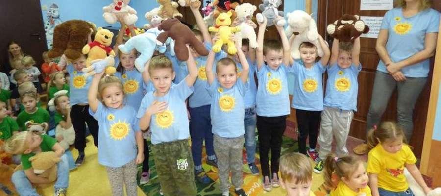 Dzieci przyszły do przedszkola ze swoimi misiami