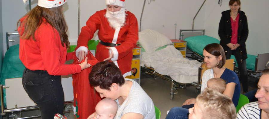 Mikołaj rozdał prezenty małym pacjentom szpitala w Nowym Mieście