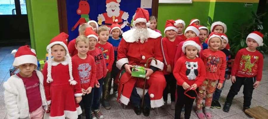 Uczniowie z Zajączkowa z Mikołajem