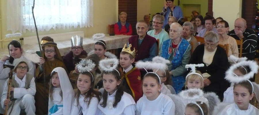 Uczniowie z Zajączkowa z seniorami z Grodziczna
