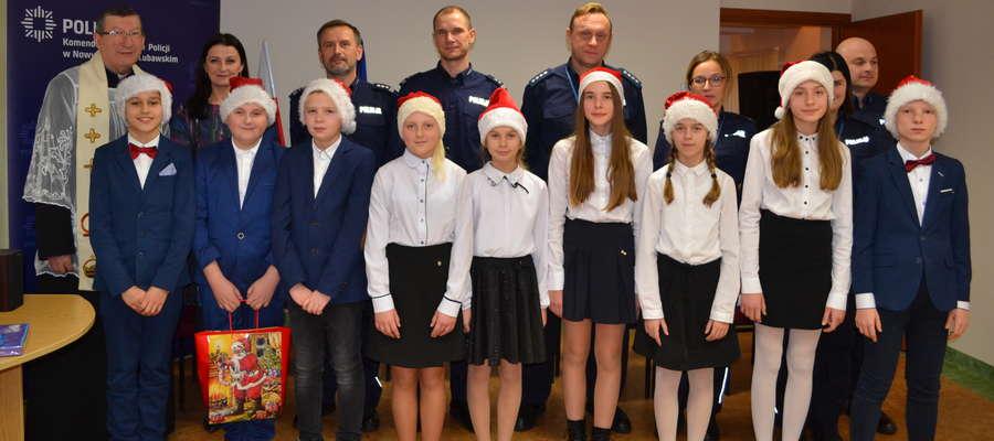 Na pamiątkowej fotografii po wystąpieniu uczniów w Policji