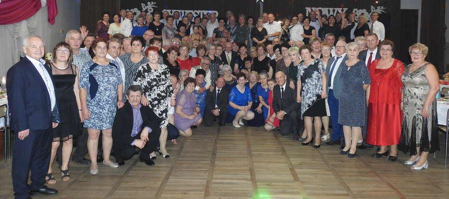 Na zabawie sylwestrowej w Mszanowie bawiło się 145 osoļ