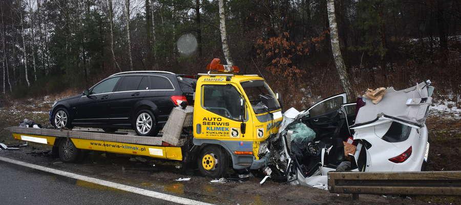Osoby jadące Renault Clio, mieszkańcy województwa warmińsko-mazurskiego z wielonarządowymi obrażeniami ciała zostali przewiezieni do szpitala w Warszawie