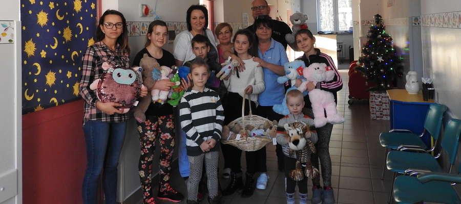 Pacjenci oddziału dziecięcego dostali pluszowe prezenty