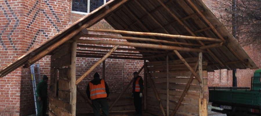 Budowa szopki bożonarodzeniowej w Elblągu