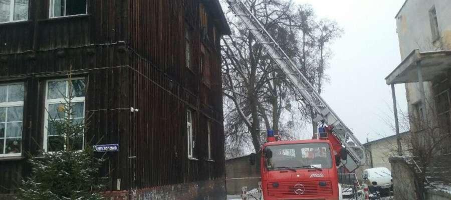 Z płonącego budynku strażacy ewakuowali 17 osób