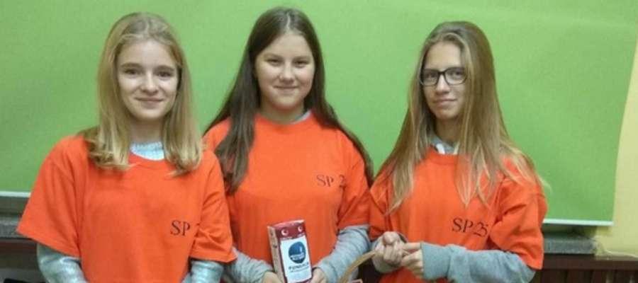 Uczennice SP 25 w Olsztynie z uśmiechem uczestniczą w akcji...