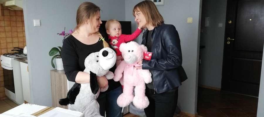 Siostra Zuzi, Marcelinka i jej mama cieszą się z prezentów