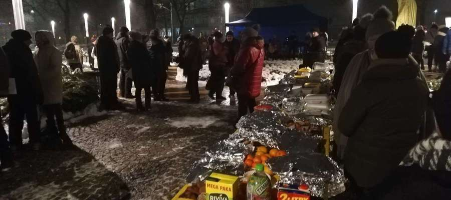 W piątek grupa Teen Challenge zorganizowała przedświąteczne spotkanie dla osób uzależnionych, bezdomnych i ubogich na Placu Dworcowym w Elblągu