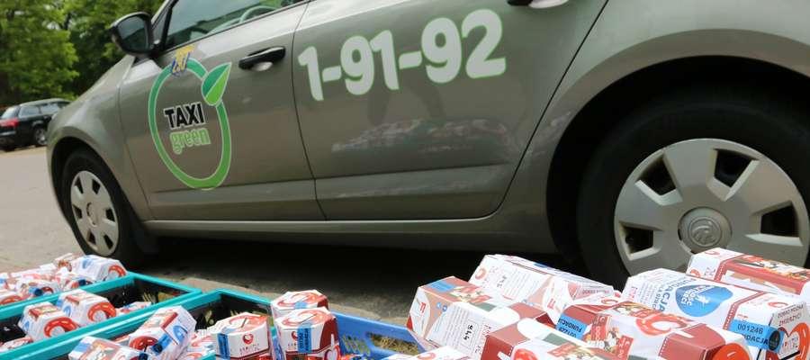 Paczki dzielnie pakuje ekipa z Centrum Naukowo-Biznesowego Feniks S.C.