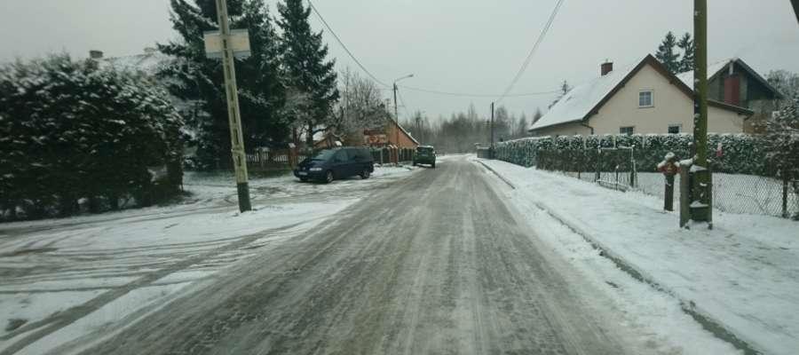 Całkowicie oblodzona droga w Jurkach