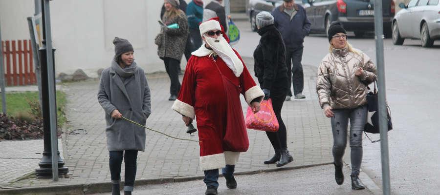 Święty Mikołaj rozdawał słodycze na ulicach Bisztynka.