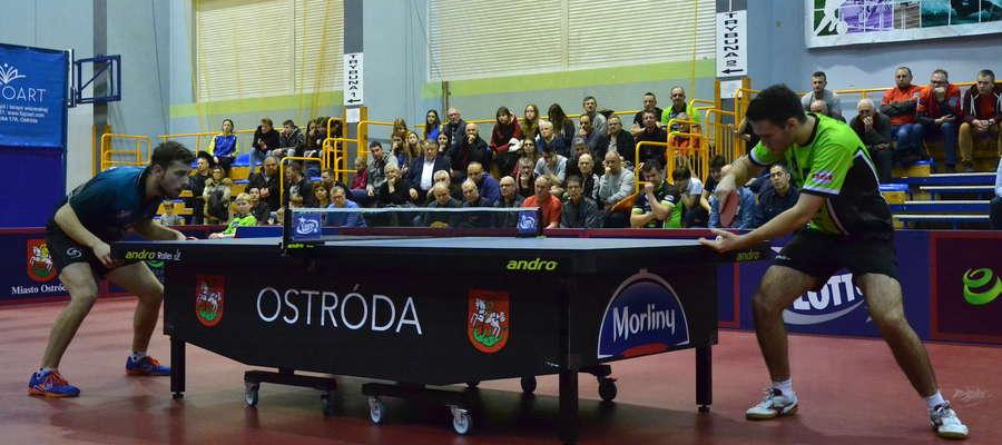 Kamil Dziadek (z prawej) w trzech setach przegrał z Pawłem Fertikowskim