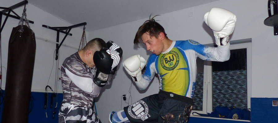 Patryk Duński (z prawej) podczas treningu z Adrianem Błońskim (obaj Arrachion Iława)