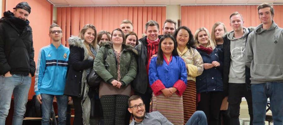 Studenci UWM, wykładowczynie z Bhutanu i dr Szymon Żyliński (leży)