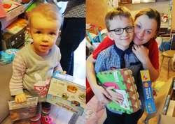 Śzczęliwe rodzeństwo otwiera prezenty świąteczne